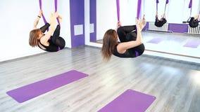 Młode kobiety ćwiczy anty spoważnienia joga w hamakach zbiory