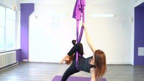 Młode kobiety ćwiczy anty spoważnienia joga w hamakach zbiory wideo