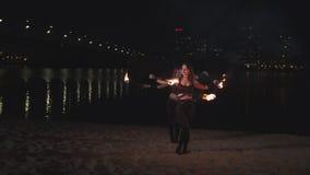 Młode kobiety żongluje zaświecać pochodnie podczas fireshow zbiory