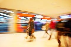 Młode kobiety chodzi za nadokiennym pokazem w odzieżowym sklepie Obrazy Stock
