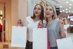 Młode kobiety cieszy się robić zakupy wpólnie przy centrum handlowym zdjęcie stock