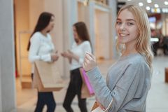 Młode kobiety cieszy się robić zakupy wpólnie przy centrum handlowym zdjęcia stock