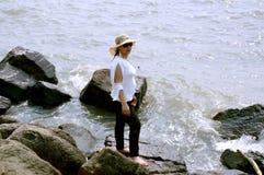 Młode kobiety cieszy się wakacje lato sezon w wodzie morskiej obrazy stock