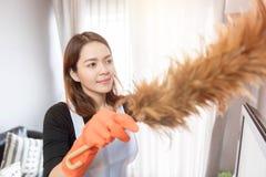 Młode kobiety czyści w domu, Czyści usługowy pojęcie obrazy royalty free