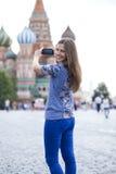 Młode kobiety fotografujący przyciągania w Moskwa Zdjęcia Royalty Free