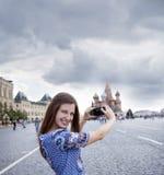 Młode kobiety fotografujący przyciągania w Moskwa Obrazy Royalty Free