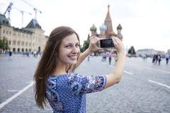 Młode kobiety fotografujący przyciągania w Moskwa Obraz Stock