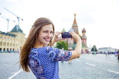 Młode kobiety fotografujący przyciągania w Moskwa Zdjęcie Royalty Free
