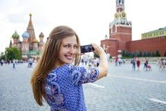 Młode kobiety fotografujący przyciągania w Moskwa Fotografia Royalty Free