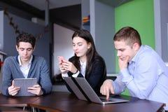 Młode kobiety i dwa mężczyzna przy lunchem są ruchliwie z ich swój sprawami Obraz Stock