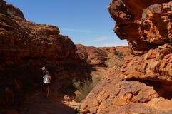 młode kobiety i mężczyzna wycieczkuje w królewiątko jar, Watarrka park narodowy, terytorium północne, Australia zdjęcie royalty free