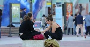 Młode kobiety je fast food w ulicie zbiory