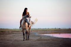Młode kobiety jedzie konia zdjęcie stock