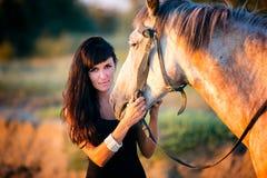 Młode kobiety jedzie konia obraz stock