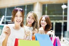 młode kobiety pokazuje torba na zakupy i kredytową kartę Obrazy Stock