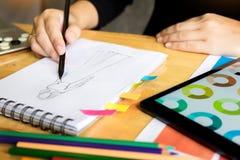 młode kobiety pracuje jako projektanta mody rysunek kreślą dla clo Fotografia Royalty Free