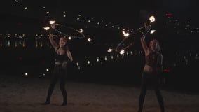 Młode kobiety przekręca pożarniczych hula obręcze nad głowa zdjęcie wideo