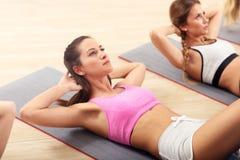 Młode kobiety robi Ups w gym zdjęcia stock