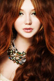 młode kobiety Rudzielec, Długi Kędzierzawy włosy i Makeup, Fotografia Stock