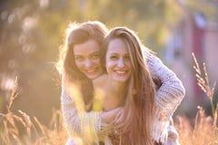 młode kobiety szczęśliwi Zdjęcia Royalty Free