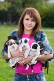 Młode Kobiety Trzyma Pięć Małych szczeniaków zdjęcie royalty free