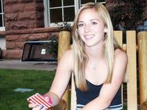 Młode Kobiety Uśmiecha się Siedzieć z telefonem komórkowym fotografia royalty free
