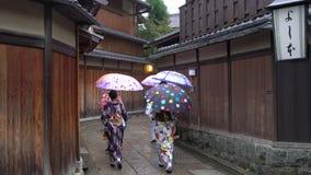 Młode kobiety ubierać w tradycyjnej gejszy sukni zbiory