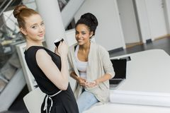 Młode kobiety w biurze Fotografia Royalty Free