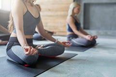 Młode kobiety w joga grupują, relaksują, medytaci pozę obraz royalty free