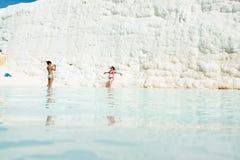 Młode kobiety w naciekowym basenie przy Pamukkale, Turcja Obrazy Stock