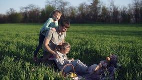 Młode mateczne sztuki z jego dorosłymi córkami w łące na ściółce, Rzuca stary jeden nad jego ramieniem zbiory wideo