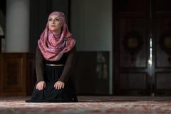 Młode Muzułmańskie kobiety ono Modli się W meczecie fotografia stock