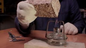 Młode naukowiec pracy w nowożytnym biologicznym lab Badacz studiuje kawałek wyposażenie dla w lab żakiecie zdjęcie wideo