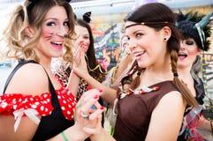 Młode Niemieckie kobiety przy fasching karnawałem ma kostiumu przyjęcia obraz royalty free
