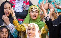 Młode Omani dziewczyny wykonuje piosenkę w tradycyjnym stroju Zdjęcia Stock