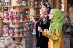 Młode Omani dziewczyny wykonuje piosenkę w tradycyjnym stroju Obraz Stock