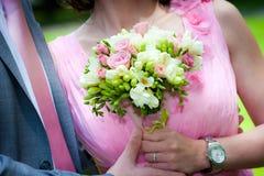 Młode pary małżeńskiej mienia ręki zdjęcie royalty free