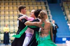 Młode pary współzawodniczą w sportów tanczyć Zdjęcia Royalty Free