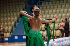 Młode pary współzawodniczą w sportów tanczyć Zdjęcia Stock