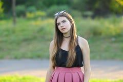 Młode piękne dziewczyn przedstawień emocje zachwycają przyjemności błogość fotografia stock