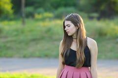 Młode piękne dziewczyn przedstawień emocje zachwycają przyjemności błogość zdjęcia stock
