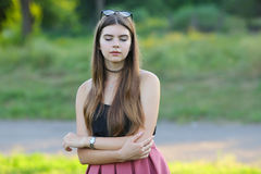 Młode piękne dziewczyn przedstawień emocje zachwycają przyjemności błogość obraz royalty free