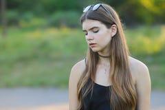 Młode piękne dziewczyn przedstawień emocje zachwycają przyjemności błogość obraz stock