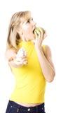 Młode piękne kobiety je jabłka i odmawia ciastka Zdjęcie Stock