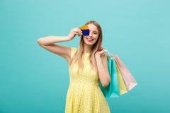 Młode piękne kobiety robią zakupy W lecie używa kredytową kartę i cieszy się zakupy Obraz Stock