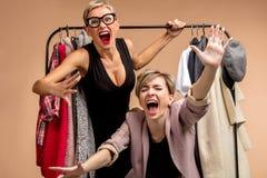 Młode pozytywne kobiety mają zabawę w sklepie obrazy royalty free