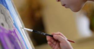 Młode ręki artysta, Mały kobieta artysta Malują kanwę z muśnięciem, Siedzący remis na kanwie i Ttable proces zbiory