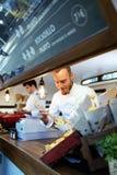 Młode szef kuchni porci grilla grule w jedzeniu przewożą samochodem Zdjęcie Stock