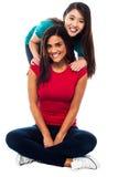 Młode uśmiechnięte dziewczyny pozuje dla kamery Zdjęcia Royalty Free