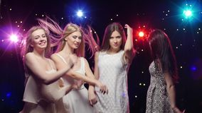 Młode uśmiechnięte dziewczyny tanczą Stoboskop lampy zapewniają pięknego oświetlenie zdjęcie wideo